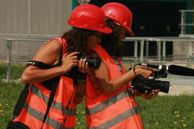 Elena e Federica controllano le riprese