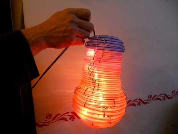 Come costruire una lampada riciclando tubi di plastica for Tipi di tubi di plastica