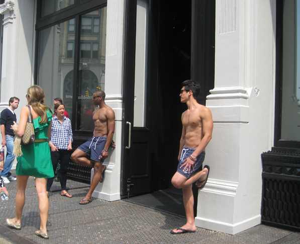 Modelli all'ingresso di Abercrombie & Fitch