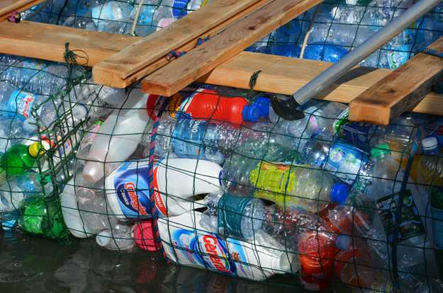 Le bottiglie che costituiscono il catamarano