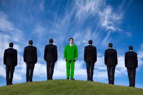 Uomo in verde tra uomini neri