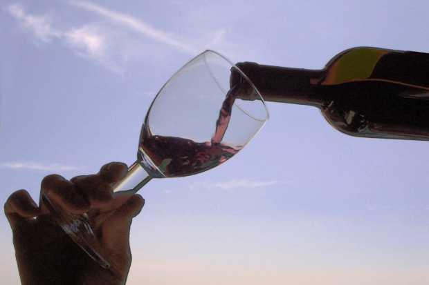 Versare vino nel bicchiere