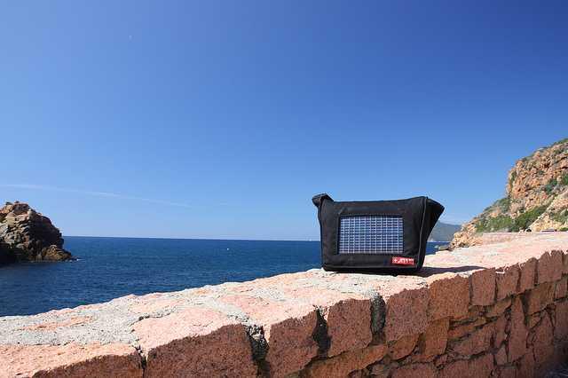 Zaini con pannello solare idee green for Immagini pannello solare