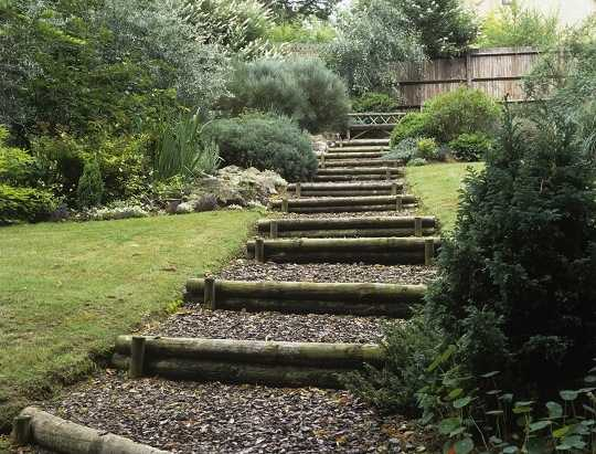 Costruire una scala da giardino idee green for Costruire un garage su un terreno in pendenza