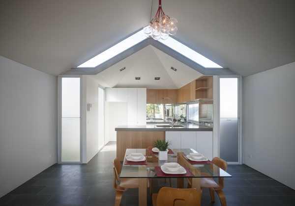 Una casa in mansarda con luce naturale