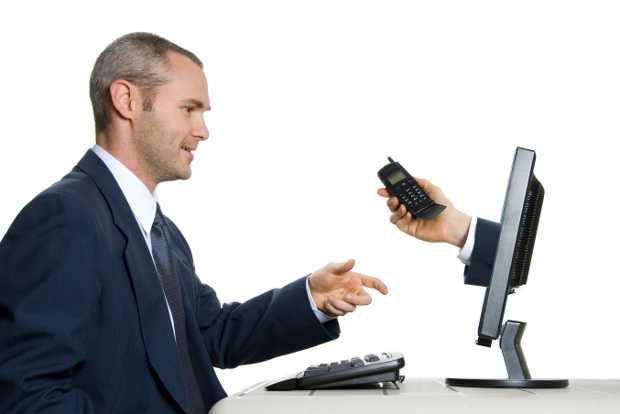 Uomo che prende il telefono dal pc