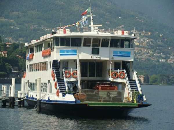 Un battello sul lago di Como