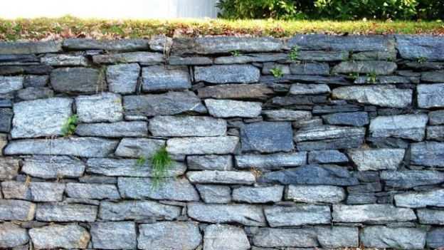 Costruire un muretto con le pietre idee green - Muretti in pietra giardino ...