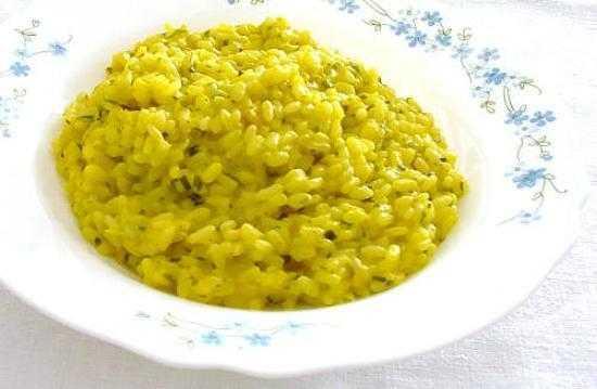 Un piatto di risotto giallo integrale