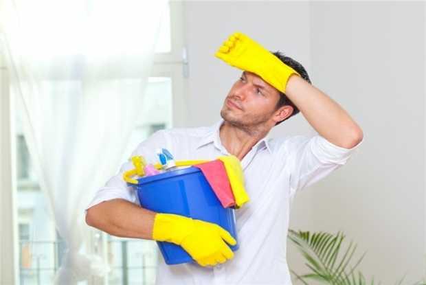 Uomo che fa le pulizie