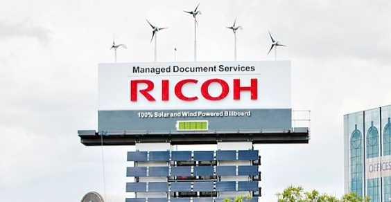 Insegna pubblicitaria Ricoh alimentata a energia eolica