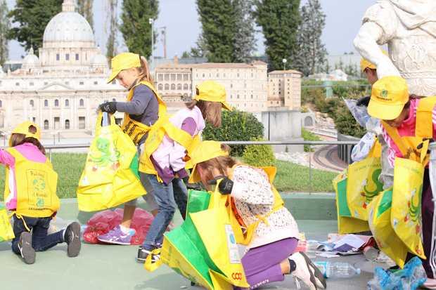 Bambini e ragazzi impegnati nell'edizione 2012 di Puliamo il Minimondo a Leolandia