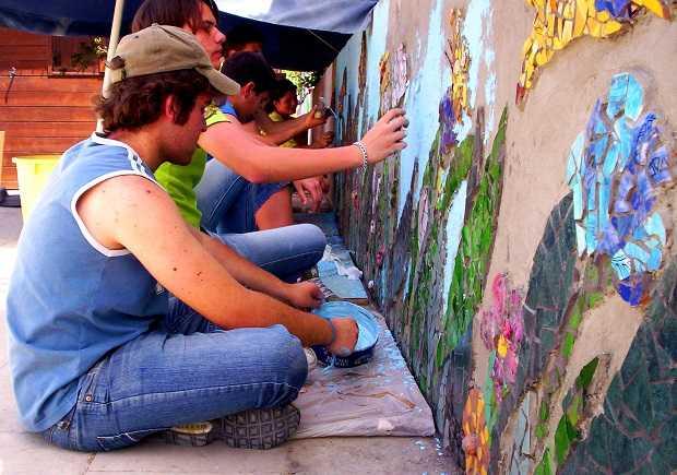 Come fare un mosaico con piastrelle rotte idee green - Come piastrellare un muro esterno ...