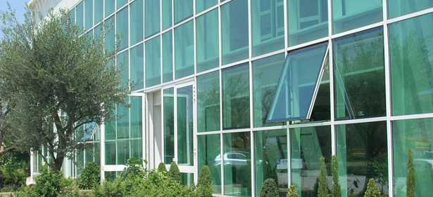 In alcuni edifici le chiusure vetrate svolgono la funzione di involucro