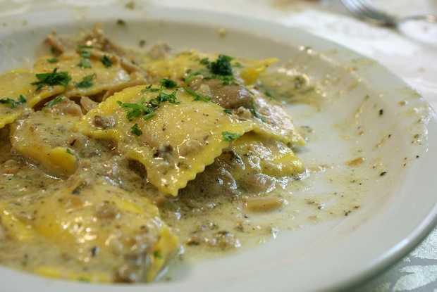 Ravioli ai funghi con fonduta di tartufo