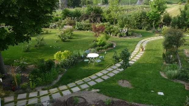 Idee per realizzare un giardino idea creativa della casa for Costruire un garage su un terreno in pendenza