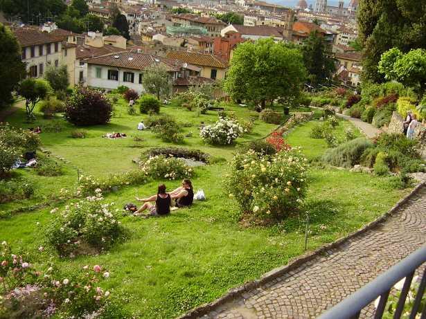 Irrigare il giardino quanta acqua serve idee green - Foto ville con giardino ...