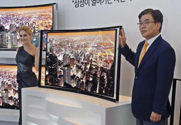 La presentazione del televisore a schermo curvo di Samsung al CES di Las Vegas