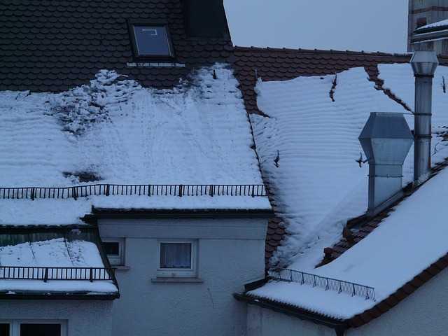 togliere neve dal tetto di casa