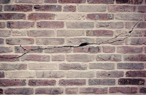 riparare una crepa nel muro