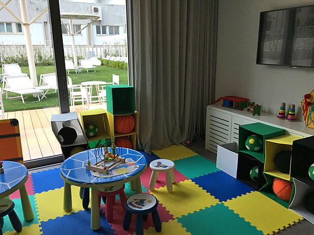 La sala dedicata ai bimbi piena di giochi