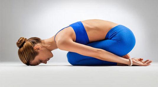posizione yoga del bambino