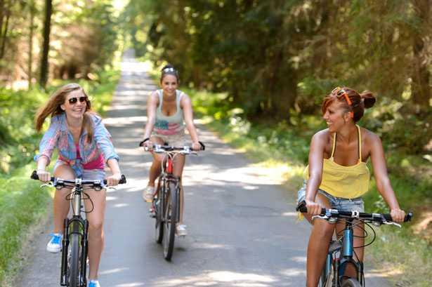 ragazze in bicicletta codice della strada