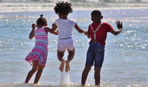 Bambini che giocano nel mare