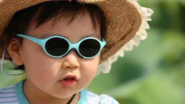 Bimba con occhiali da sole