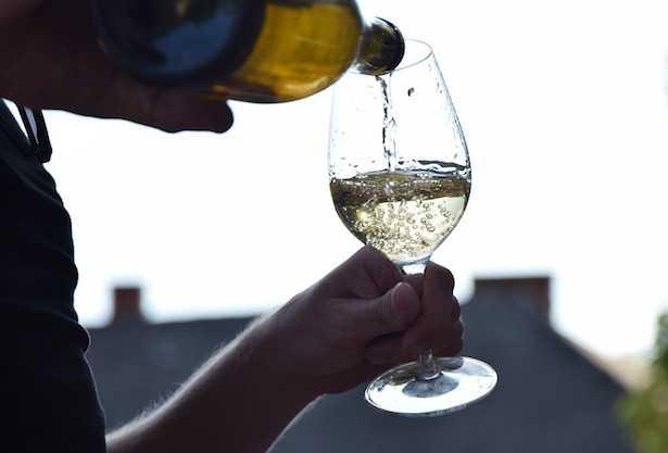 come si tiene il bicchiere da vino
