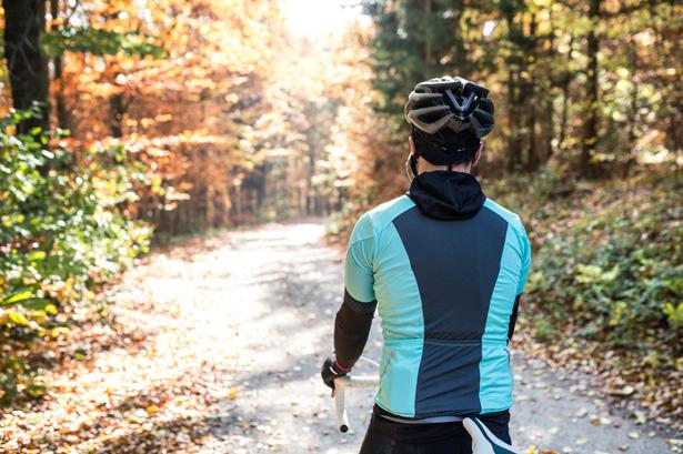 giovane ciclista durante una giornata autunnale