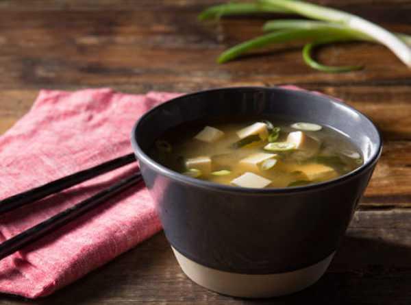 zuppa di miso con tofu e verdure