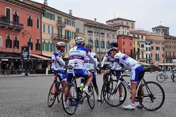 gruppo di ciclisti in sosta durante l'allenamento