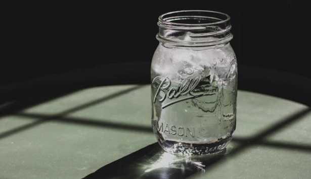 barattolo di acqua