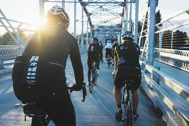 gruppo in bici da corsa con donna al seguito