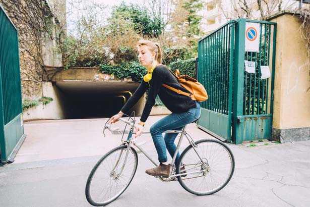 donna in bici da corsa old style