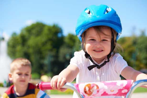 bambina che va in bicicletta