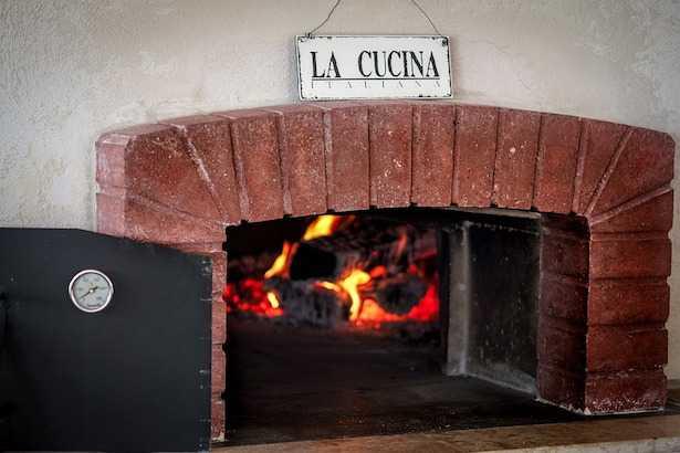 Come cuocere nel forno a legna
