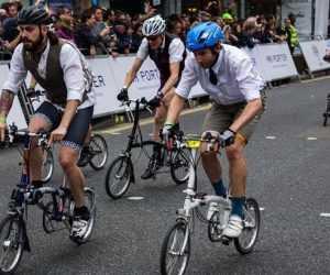 bici pieghevoli in città all'interno di una gara tra impiegati