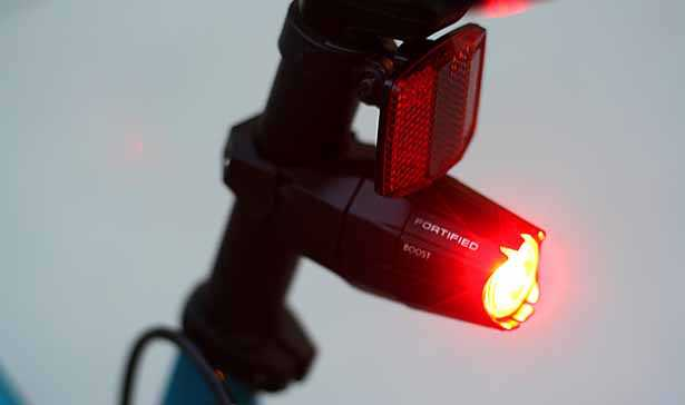 luce e catarifrangente posteriore per bici montato e acceso