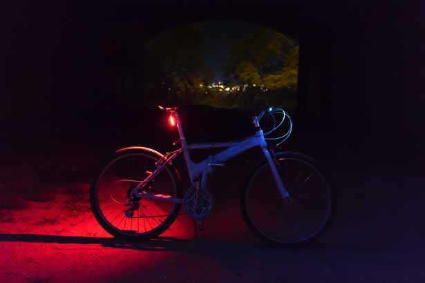 Bicicletta da passeggio con luce posteriore fissa accesa di notte