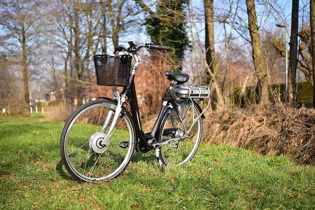 E-city bike o bicicletta a pedalata assistita ad uso urbano cittadino