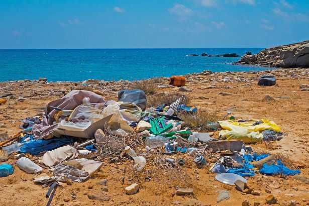 Littering: le spiagge italiane sono invase dai rifiuti