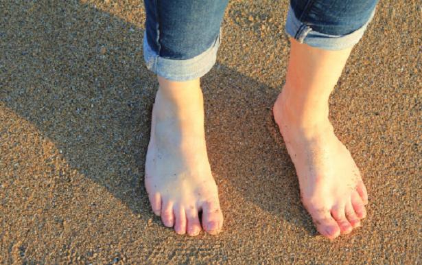Perché camminare a piedi nudi fa bene