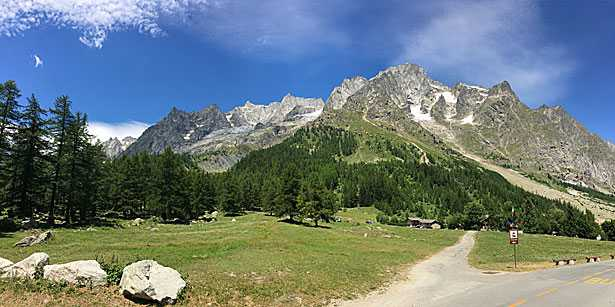 Il panorama di fronte al Golf Club di Courmayeur, con le vette del massiccio del Monte Bianco: Dente del Gigante, Dome de Rochefort e Grandes Jorasses