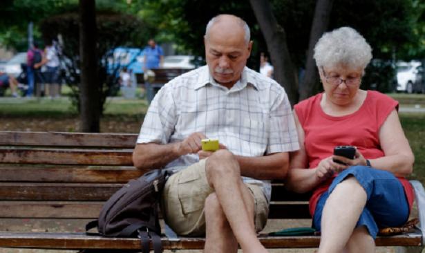 Anziani impegnati con lo Smartphone