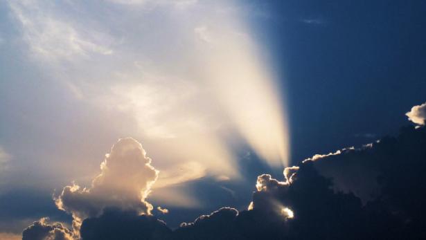 Luce che filtra tra le nuvole