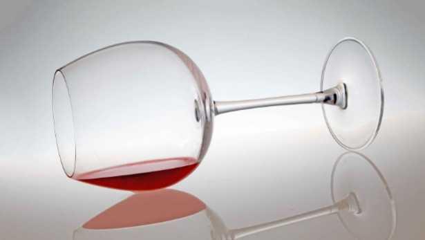 Bicchiere di vino rovesciato