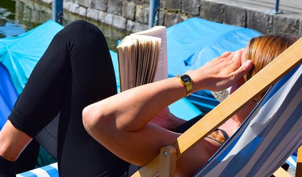 prendere il sole leggendo
