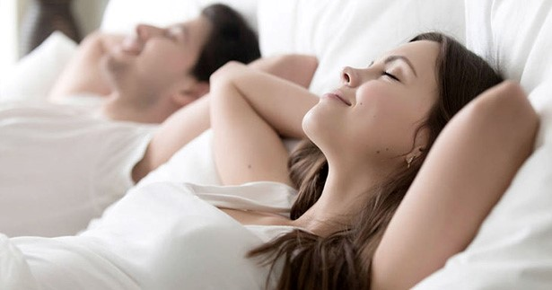 coppia rilassata a letto